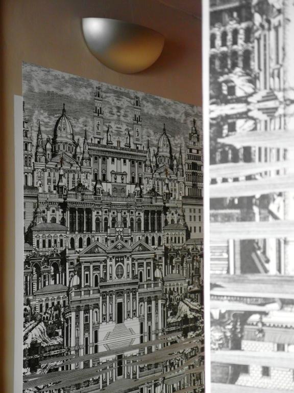 détail salle d'eau papier peint Fornasetti