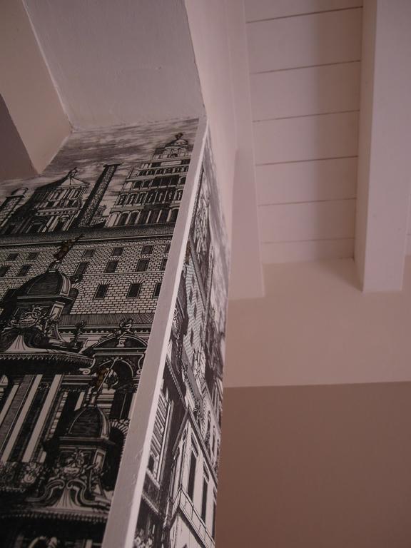 salle d'eau pilier papier peint fornasetti