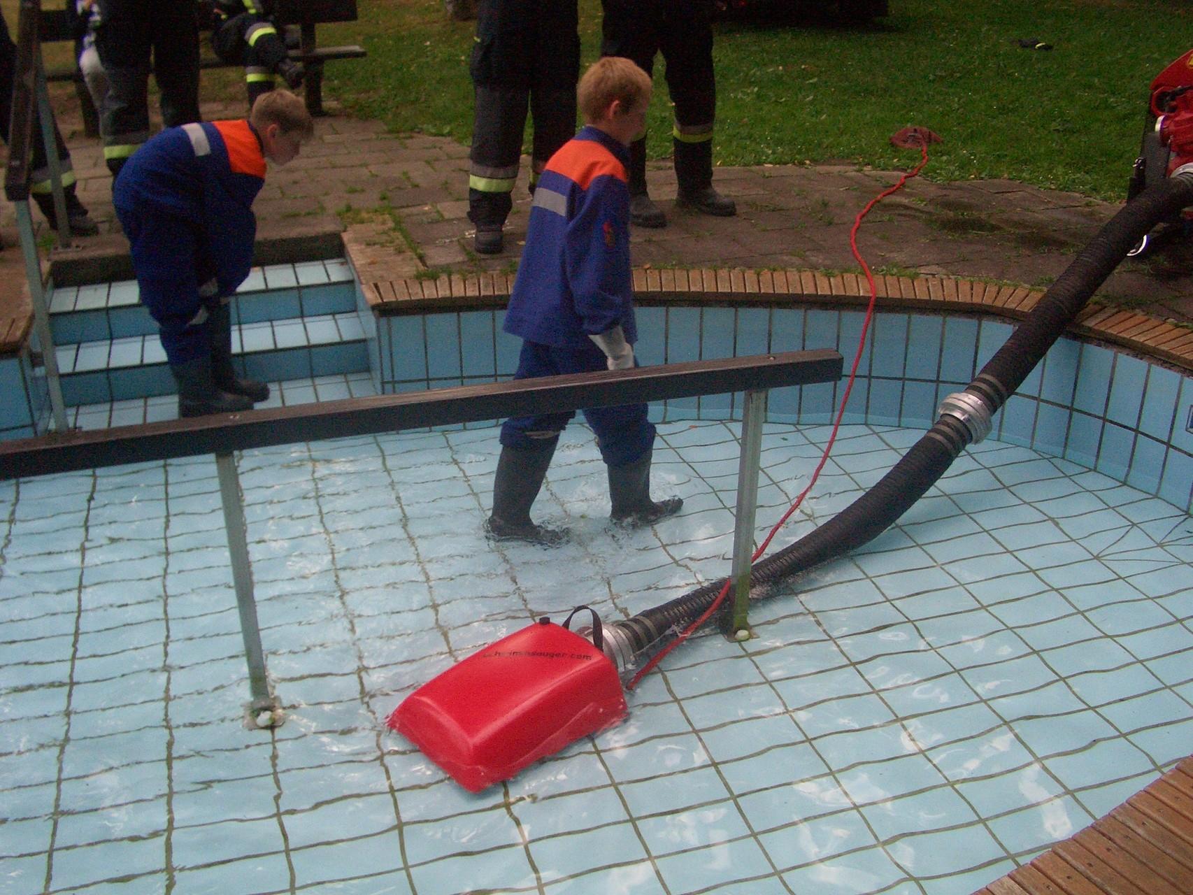 Schwimmsauger: Der Schwimmsauger ermöglicht es Löschwasser aus flachen Gewässern anzusaugen ohne diese vorher anzustauen.