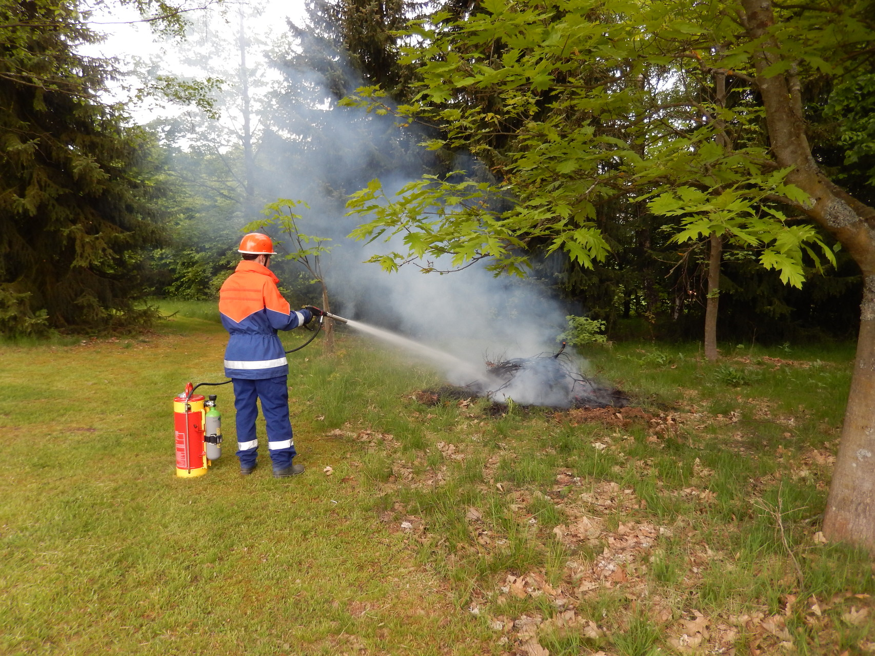 HiPress: Die mit Druckluft betriebene HiPress wird verwendet um Klein- und Entstehungsbrände zu Löschen.