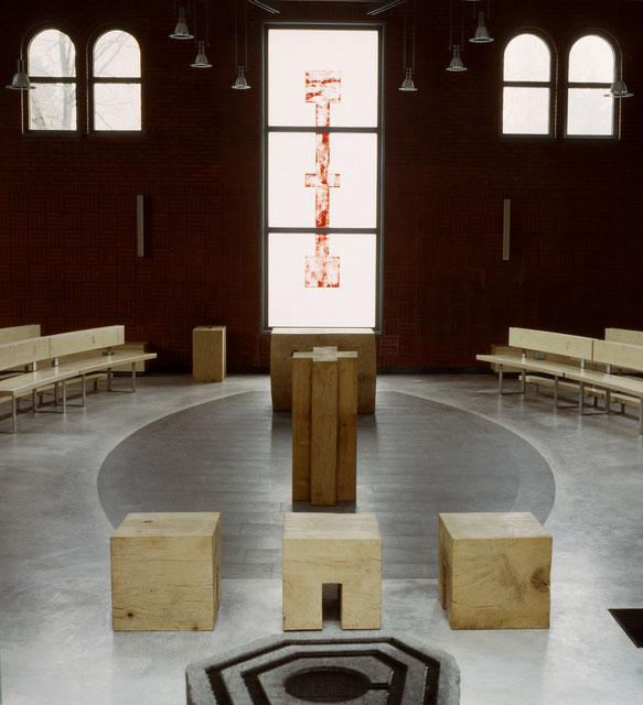 Objekte von Klaus Simon in Ahrensburg: Taufbecken, Priestersitz, Ambo, Altar, Fensterkreuz markieren die neue liturgische Querachse mit der freigelassen Mitte im Altarraum. Sedilien und Kredenz stehen am Rand der Ellipse.