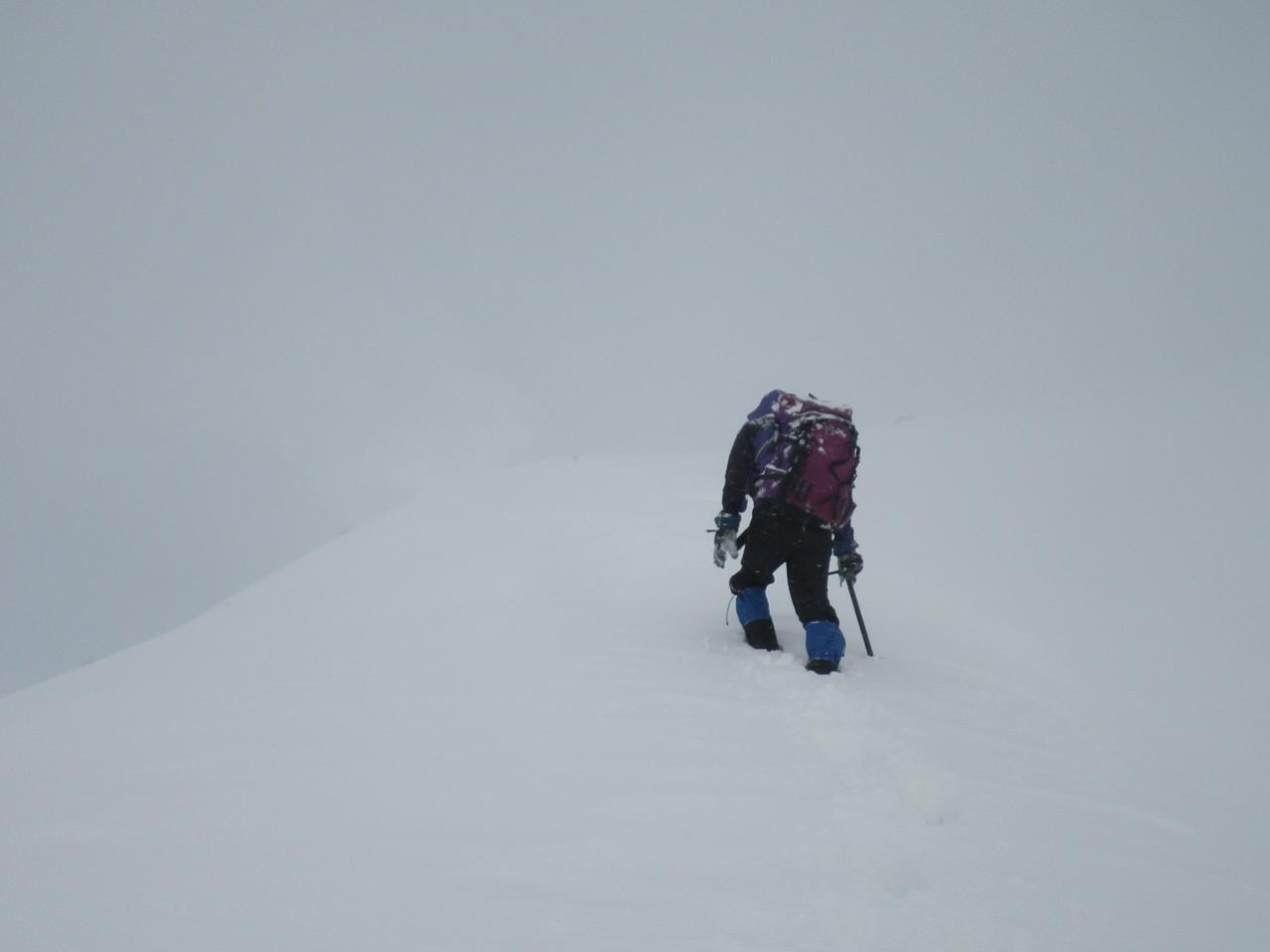 ホワイトアウトでルート探しに苦労 一瞬の雲の切れ間を待ってルート判断。ひたすらラッセル。