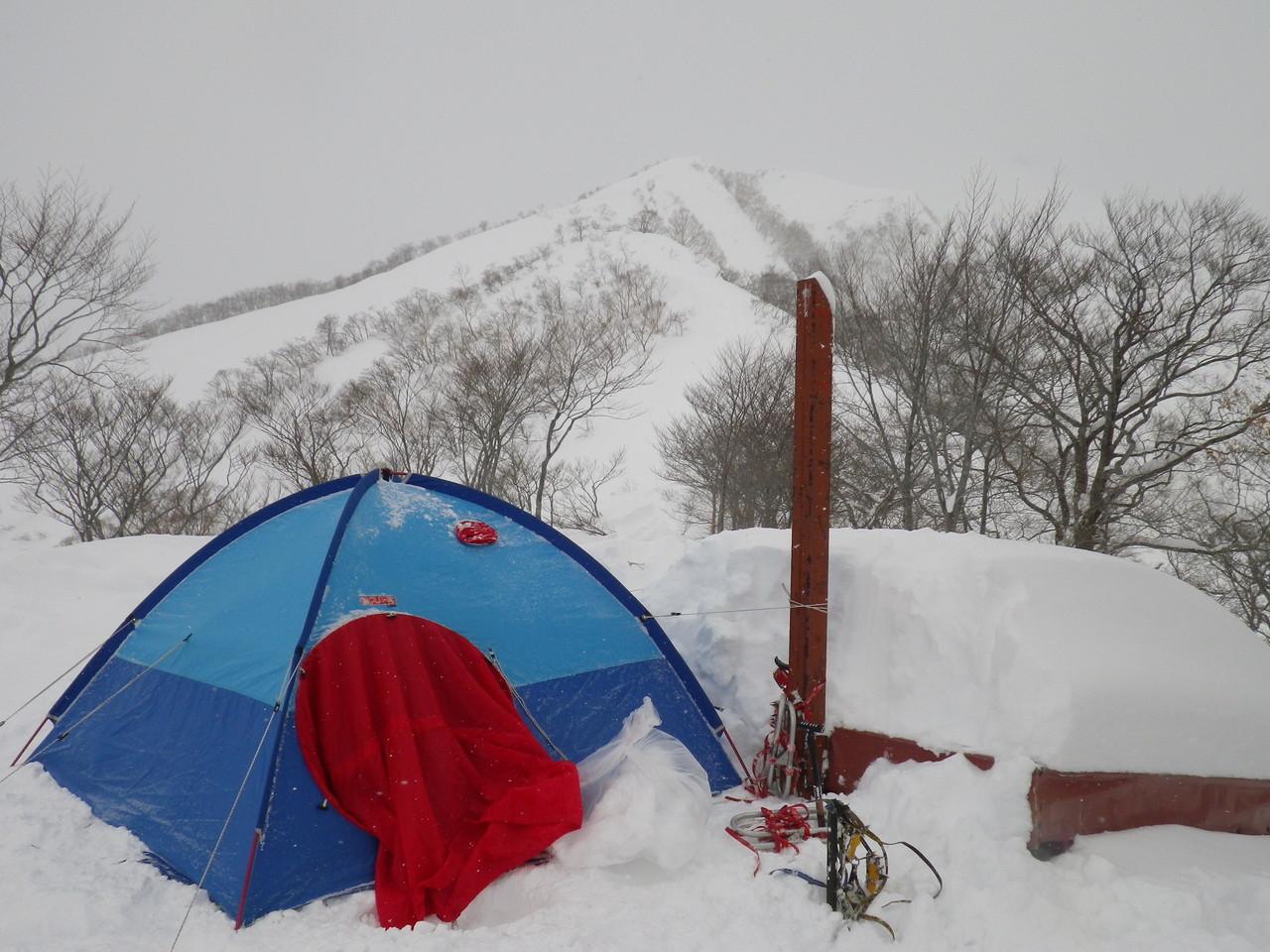 穴熊沢避難小屋前にテント設営(小屋は雪で埋まって使えない)