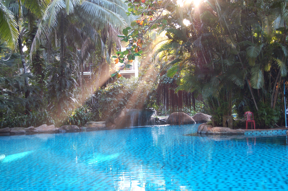ホテルのプール。超きれい。誰もいなくて貸し切り状態。