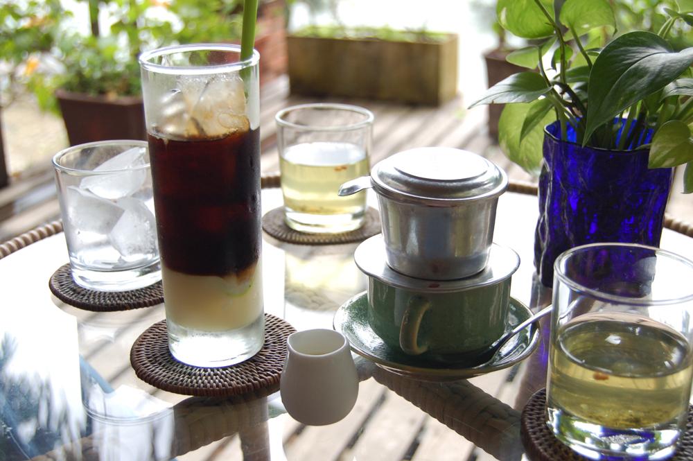 左が下にコンデンスミルクの入ったサイゴン風アイスコーヒー。右がホット。