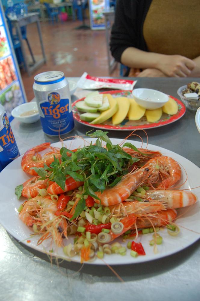 海辺のシーフードレストランへ。自分で生け簀から好きな食材を選んでその場で調理してもらえます。エビとハマグリをチョイス!