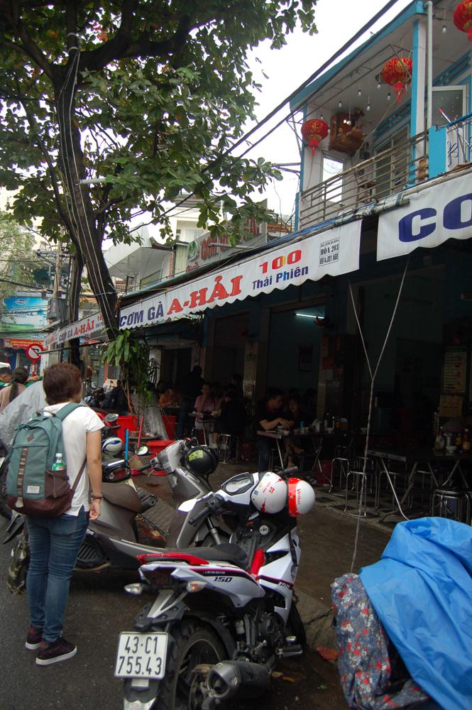 五行山をあとにしてダナンのコムガーの店へ行きました。このローカル感よ…。