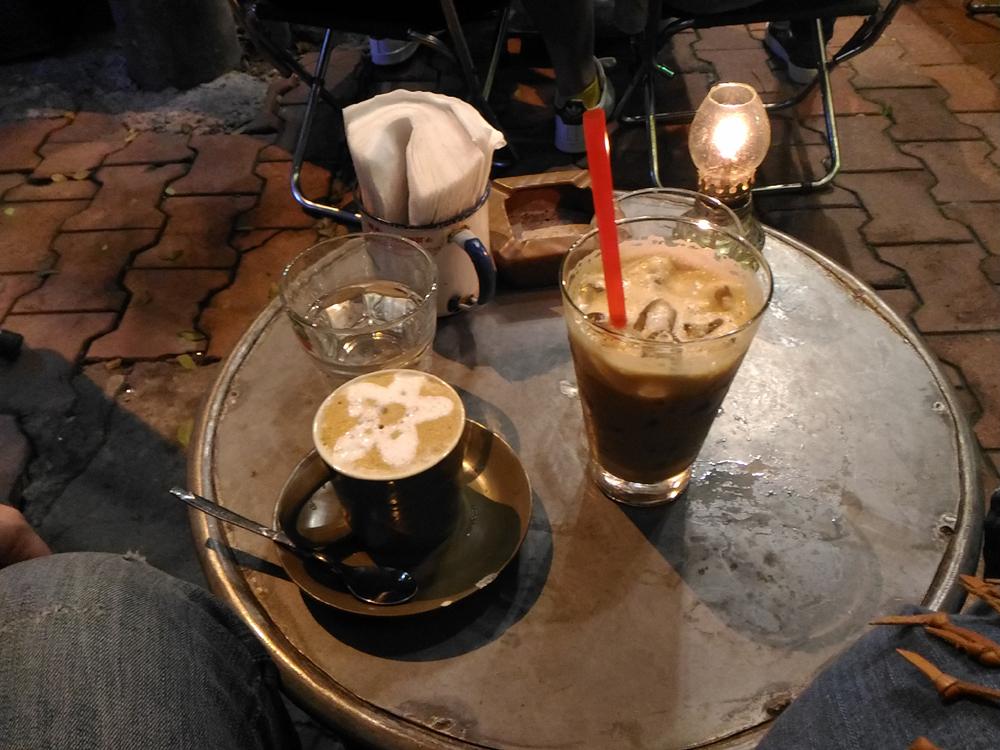 左がココナツミルク入りコーヒー。右はまたサイゴン式アイスコーヒー。ベトナムコーヒークセになりそうな美味しさ!
