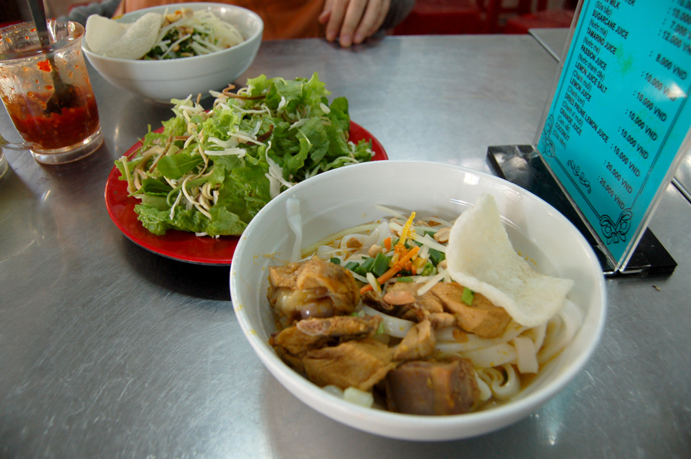 ミークアン(太麺)。赤い皿に入ってるのはハーブ。これを麺へinして食べる。クセが強い!好き!