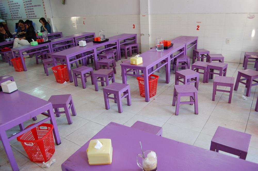 店内は紫で統一されててキュート!チェーも「タップカム」。豆やトウモロコシやタピオカとかが入ったかき氷ってところでしょうか。