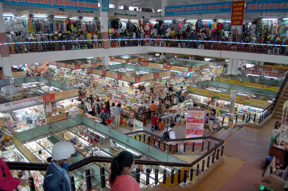 ハン市場というところ。土産物屋もあるけど、ほとんどがローカル向けの食材屋。魚とスパイスのにおいが混じって正直くさいですw
