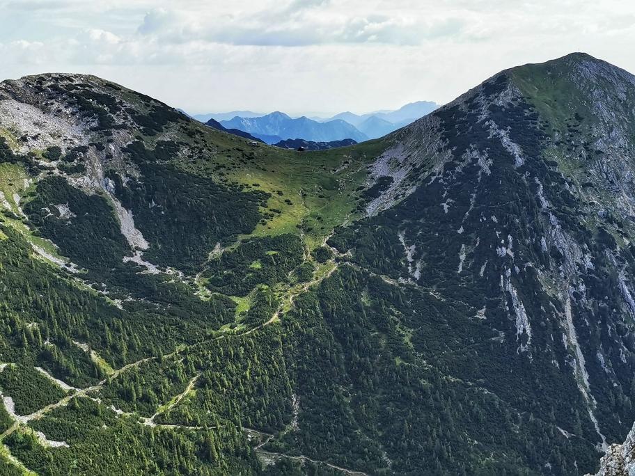 In der Mitte die Weilheimer Hütte, rechts der Krottenkopf