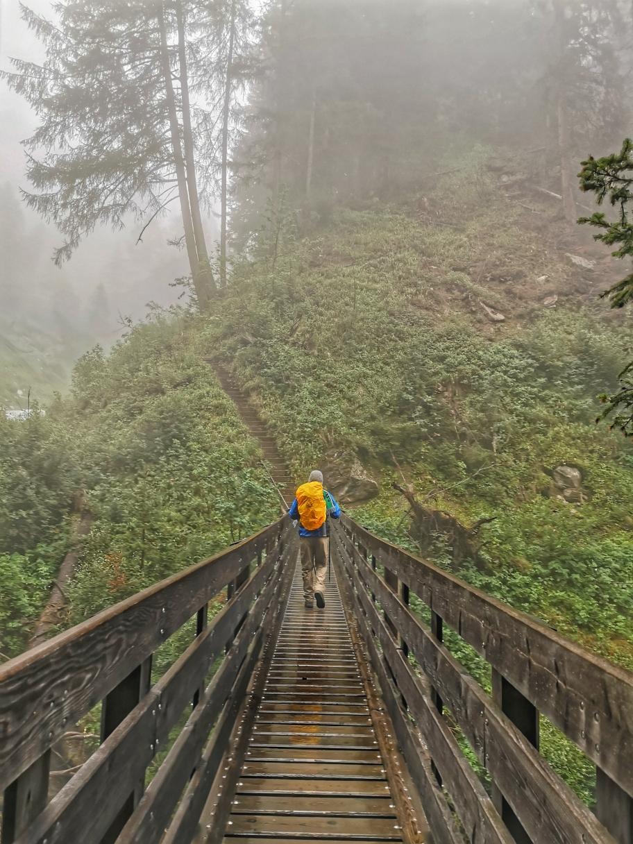 Über eine Brücke queren wir einen Bachlauf