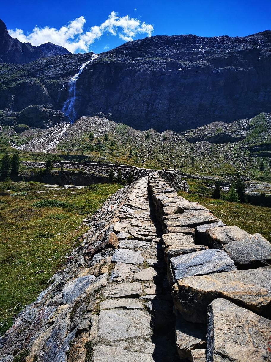 Über eine alte Staumauer führt der Weg Richtung Wasserfall