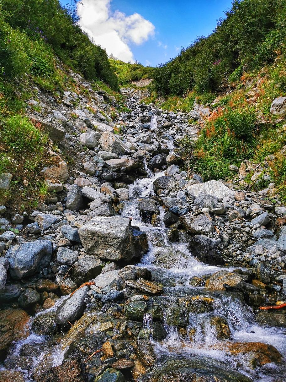 Immer wieder quere ich kleine Wasserfälle