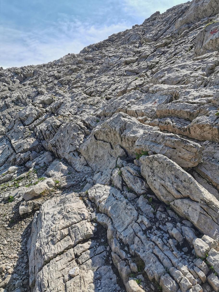 Immer wieder steigen wir über Felsstufen ab