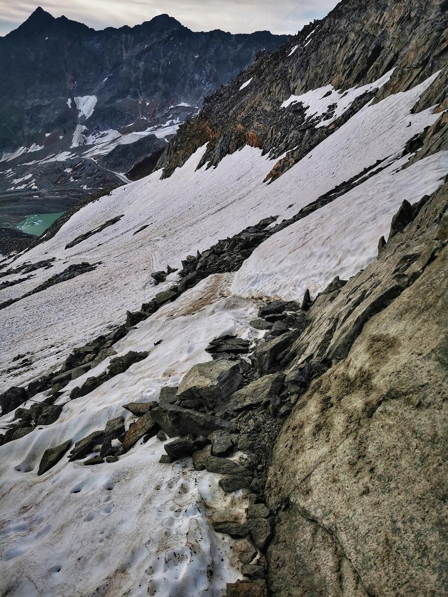 Abstieg über Schnee, Platten und einzelne Eisstellen