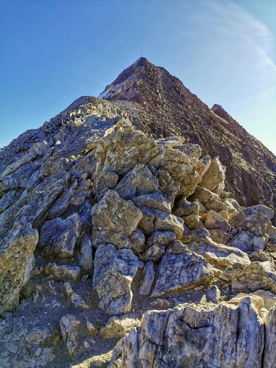 Der steile Gipfelaufbau, das Kreuz ist schon in Sicht