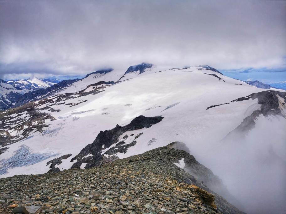 Bereits beim Aufstieg haben wir einen feinen Blick auf den Großvenediger, dessen Gipfel aber in den Wolken liegt