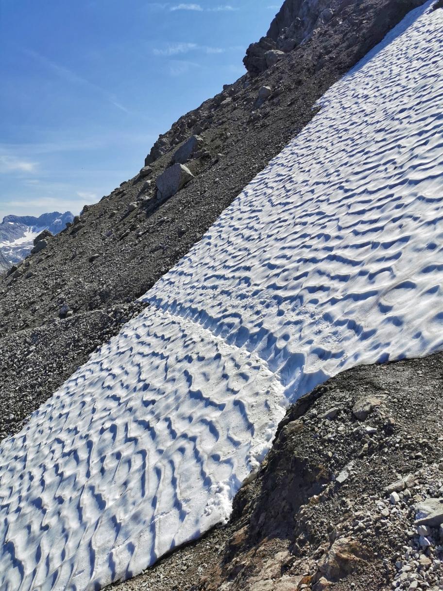Schneefeld in durchaus abschüssigem Gelände