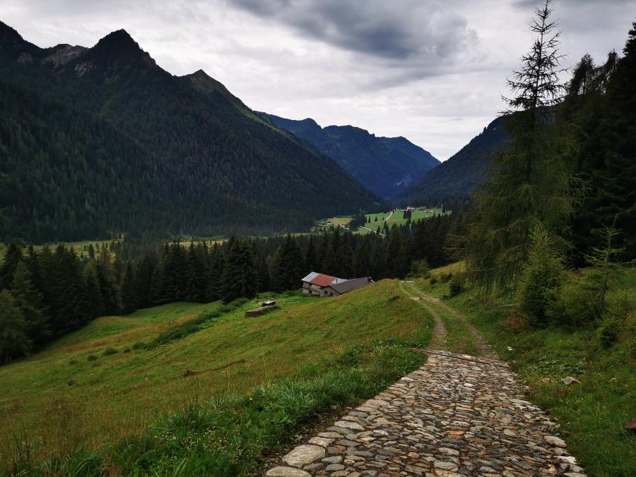 ... und Fahrstraßen geht's hinunter ins Tal