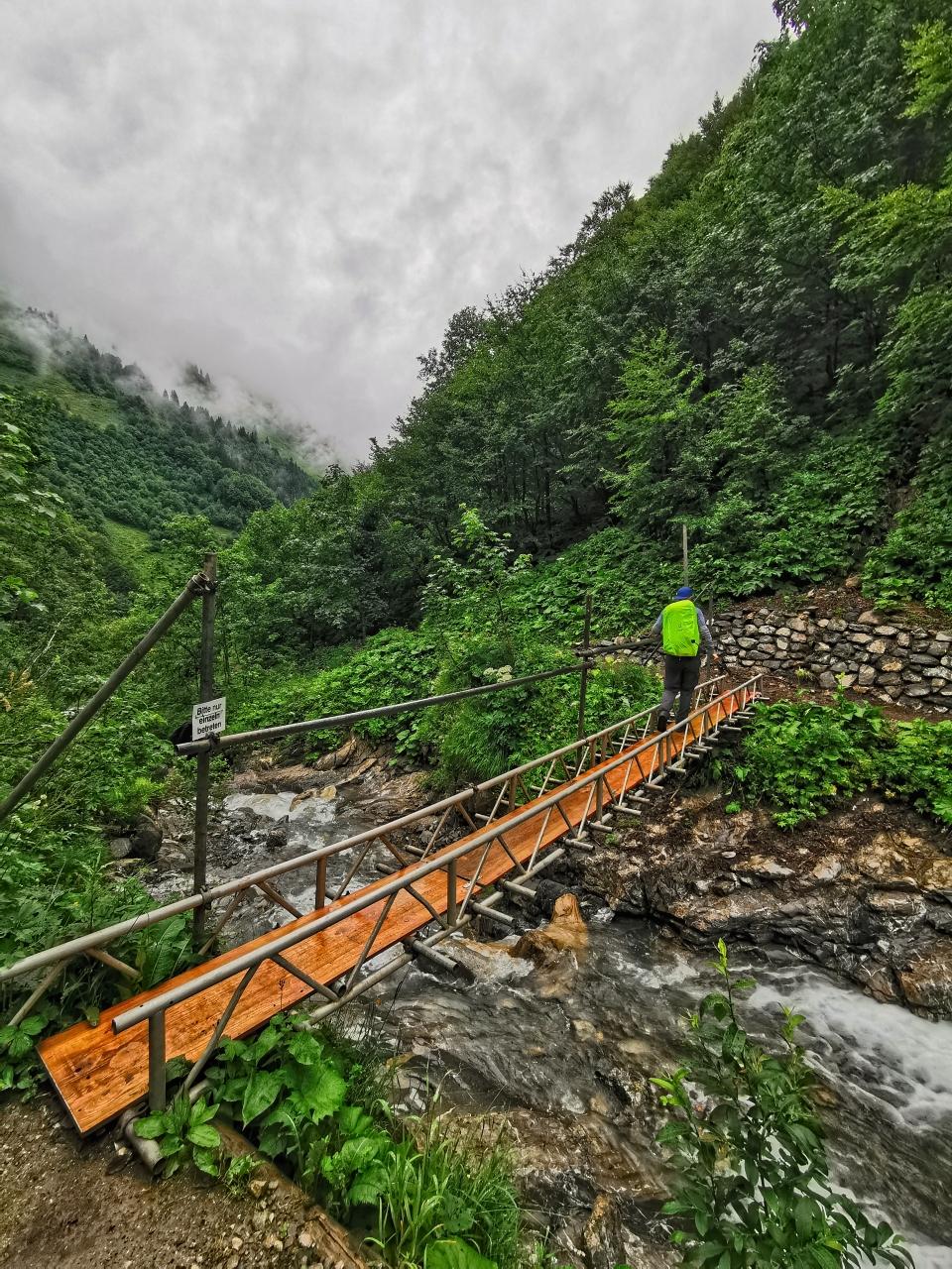 Wir queren den Bach und steigen weiter im Wald ab