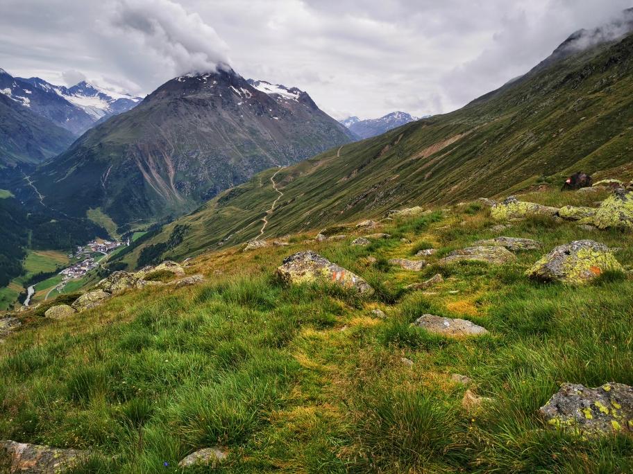 Gemütlich führt der Weg teilweise über Wiesen...
