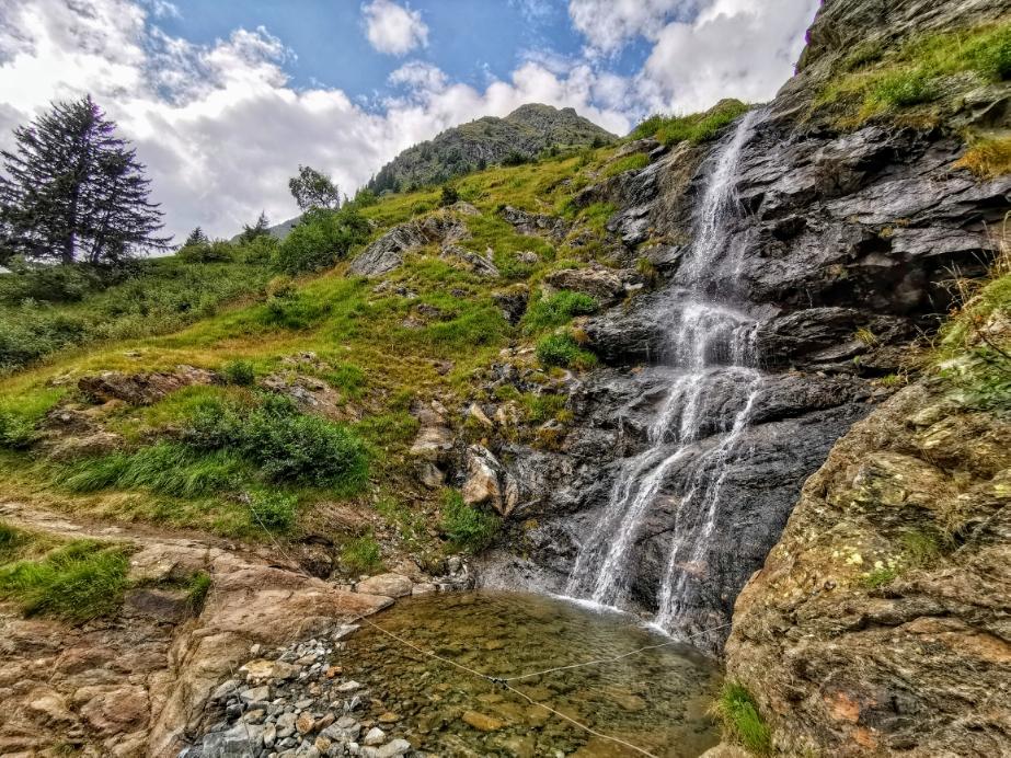 Immer wieder passieren wir kleine und große Wasserfälle