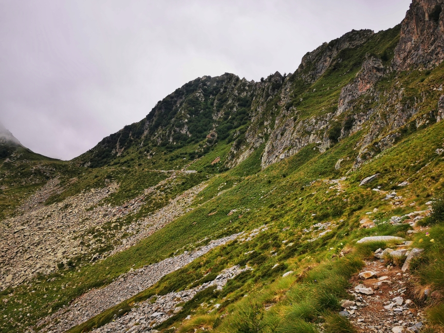 ... führt der Weg weiter am Hang entlang...