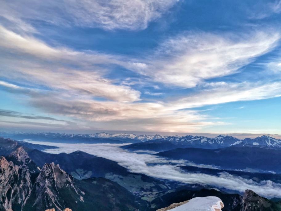 Die dichte Wolkendecke unter uns rundet das Bild ab