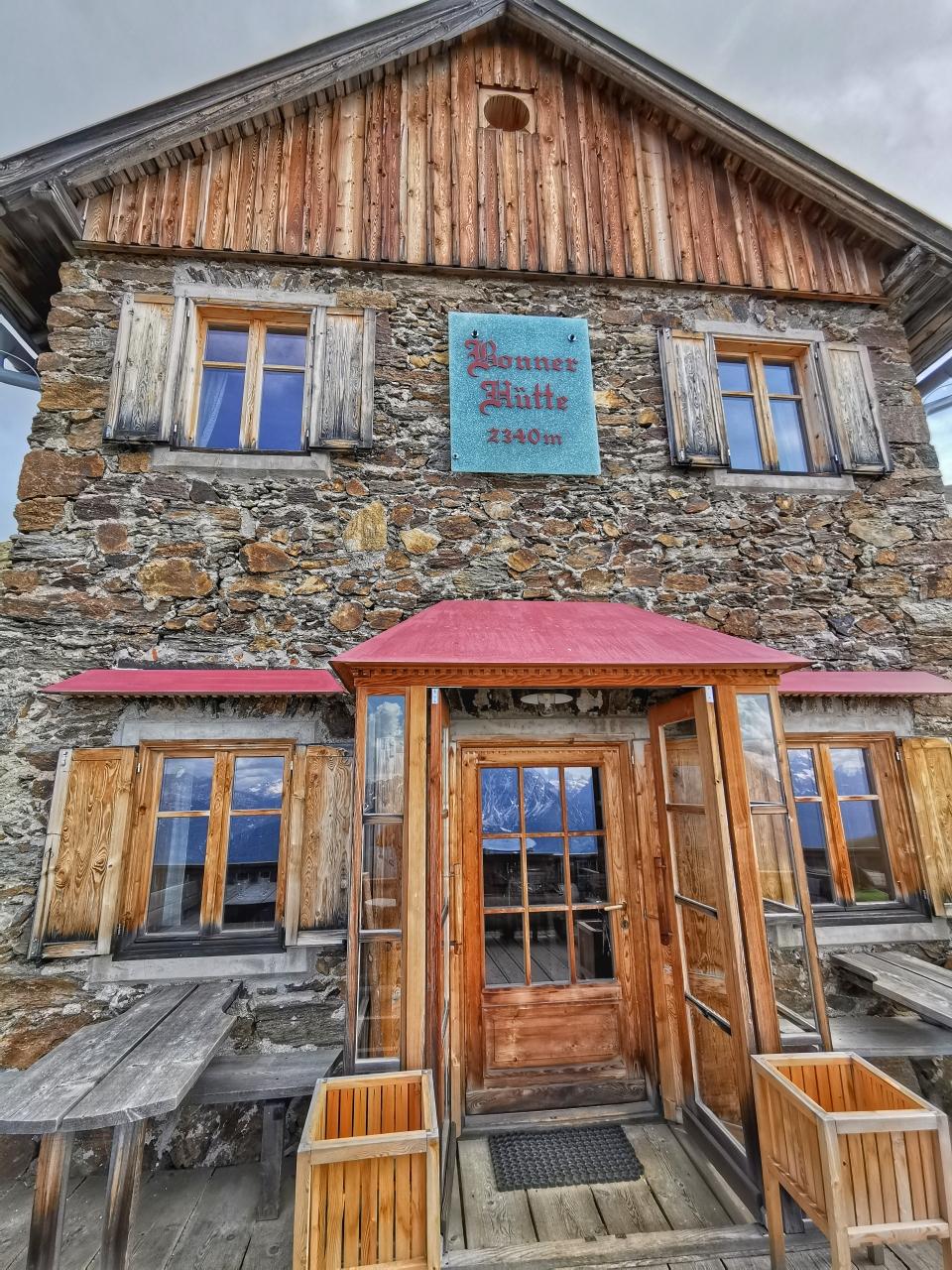 Die schöne Bonner Hütte auf 2.340m
