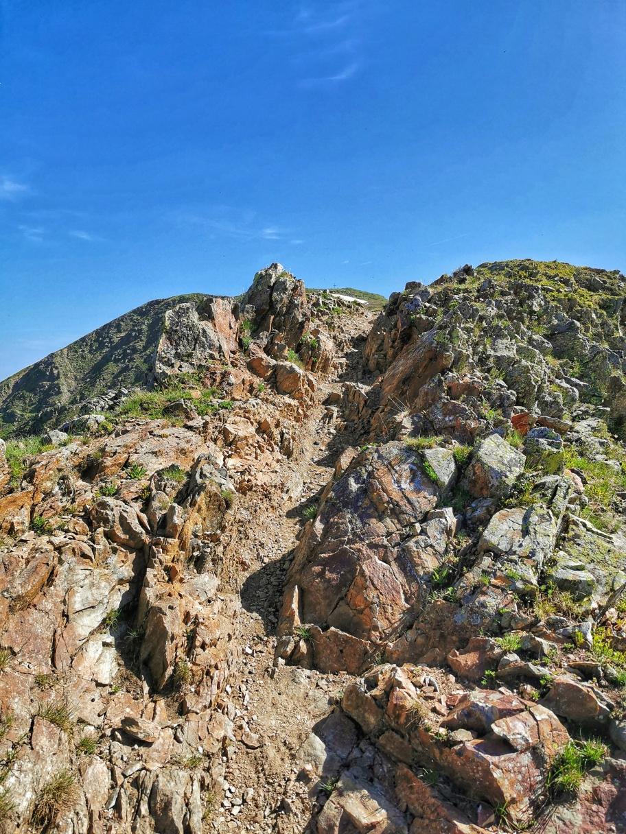 Ein breiter Grat führt zum Gipfelaufbau des Zinseler