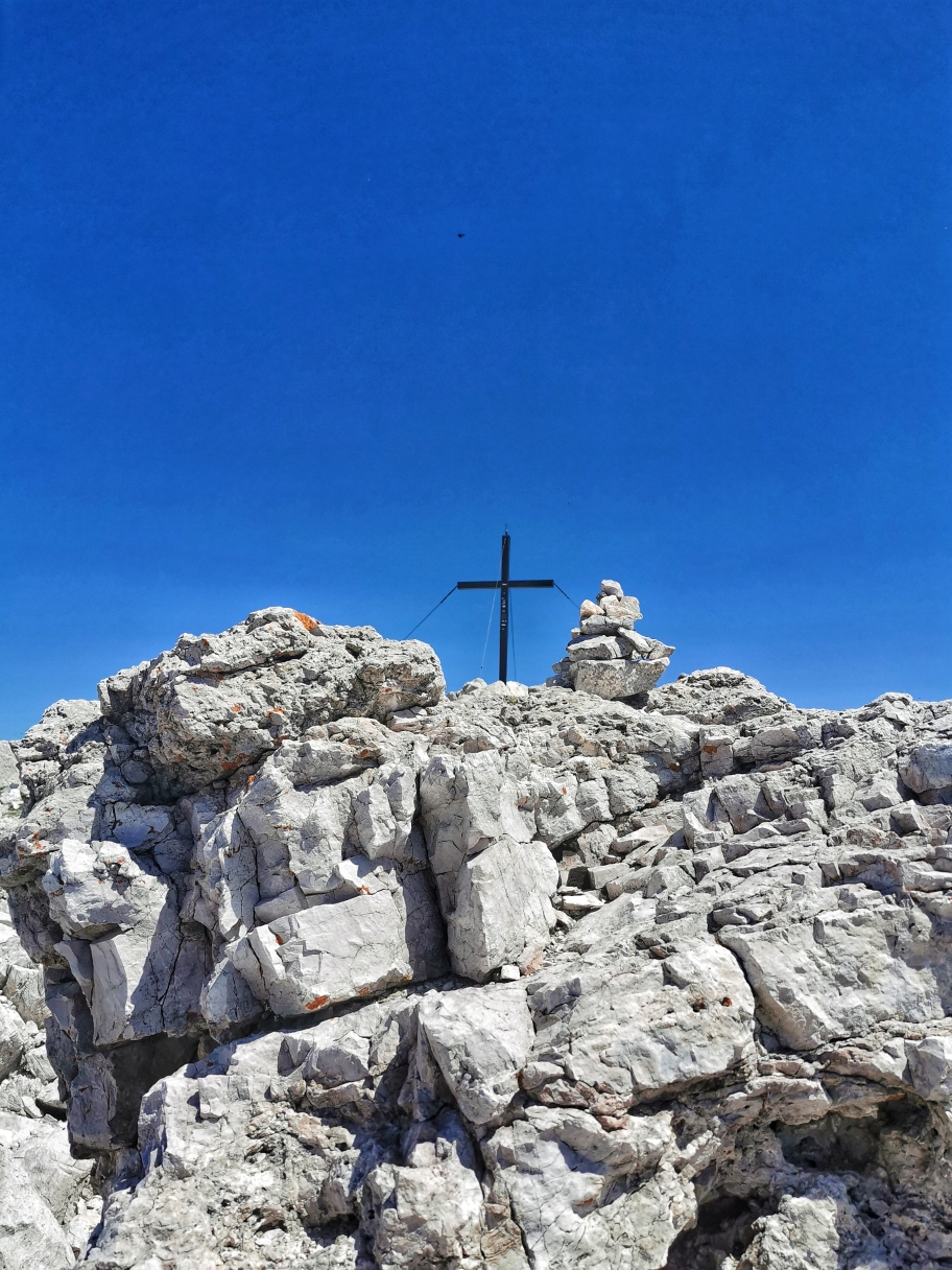 Das Gipfelkreuz des Schlern in seiner felsigen Festung