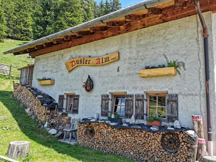 Die Dusler Alm hat ordentlich Holz vor der Hütte 😀