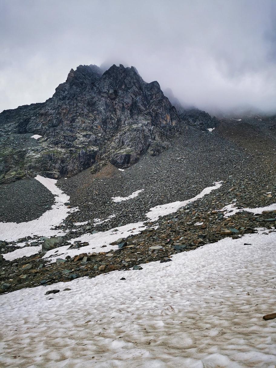 Über Schnee und dann über Geröll (am rechten Bildrand) verläuft der Weg