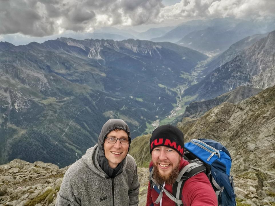 Von dort unten sind wir gekommen, dort müssen wir jetzt 1.800 Höhenmeter wieder runter
