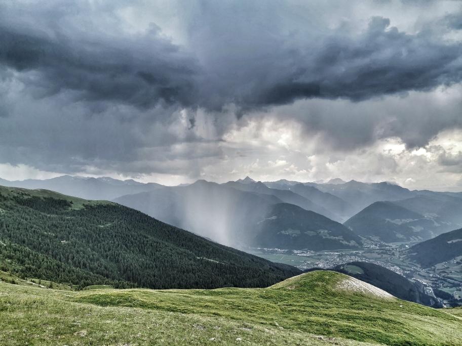 Auf unserem Aufstiegsweg scheint es jetzt ordentlich zu regnen 🙄