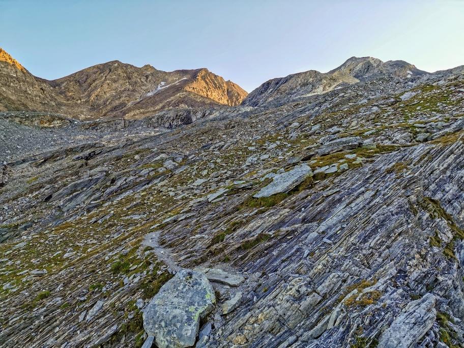Über Felsen und Geröll führt der Weg nun hinauf