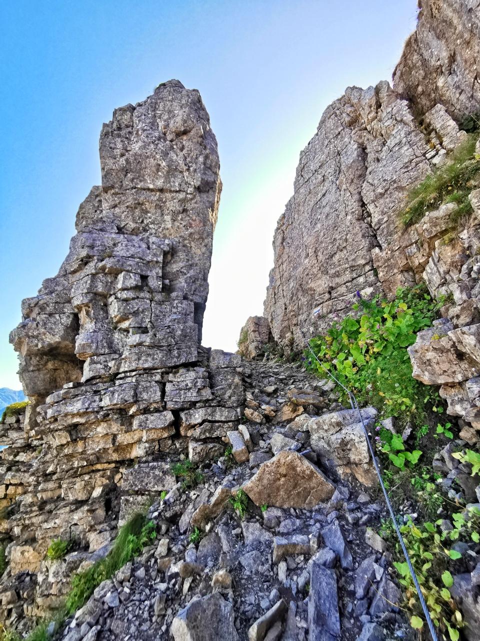 Der Weg führt durch dieses Felstor weiter hinauf