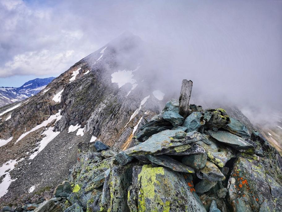 Der ausgesetzte Gipfelbereich an der Kreuzspitze, letztlich nur der höchste Punkt auf einem schmalen Grat