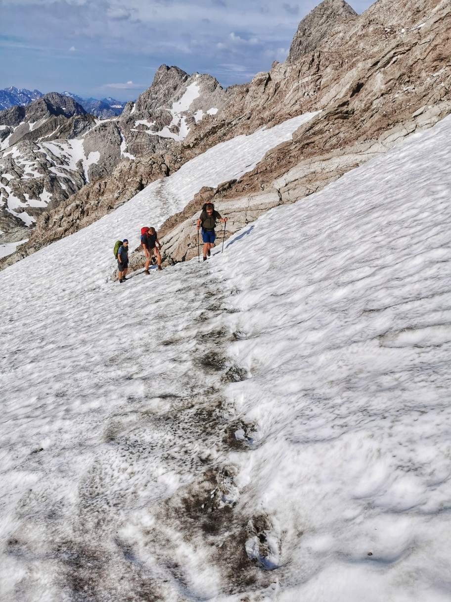Querung auf dem Schneefeld, Grödel und Steigeisen helfen hier nicht wirklich