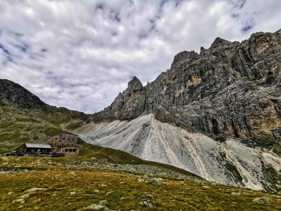 Die schöne Tribulaunhütte am Fuße des Pflerscher Tribulaun