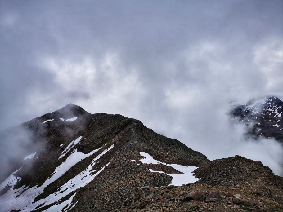 Der Gipfelgrat ist erreicht, links die Mittlere Guslarspitze