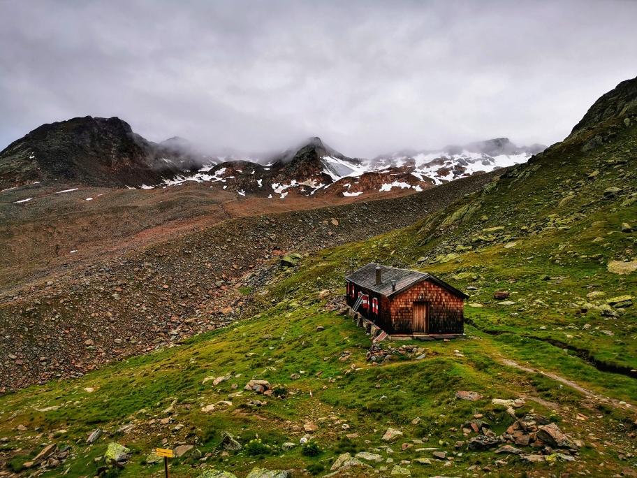 Der Winterraum der Vernagthütte, im Hintergrund die Gipfel der Guslarspitzen in den Wolken