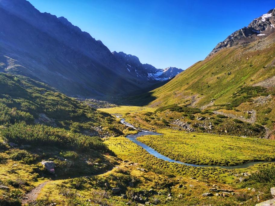 Ein gemütlicher Wanderweg führt mich immer weiter ins Tal hinein