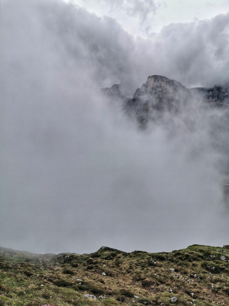 Immer wieder ziehen dicke Wolken aus dem Tal hinauf
