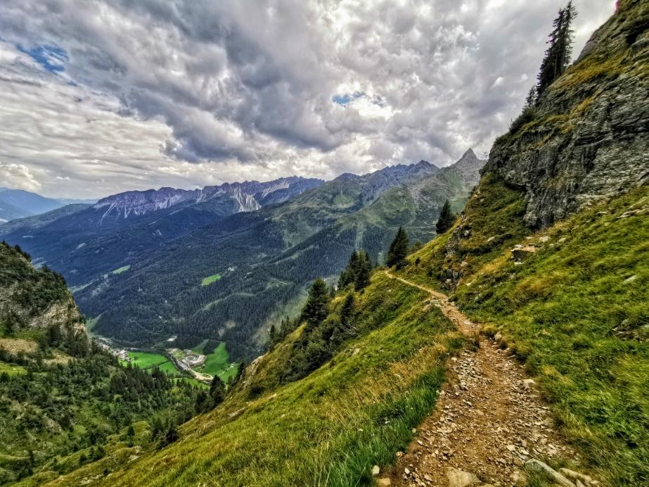 Schöner Panoramaweg mit tiefen Talblicken