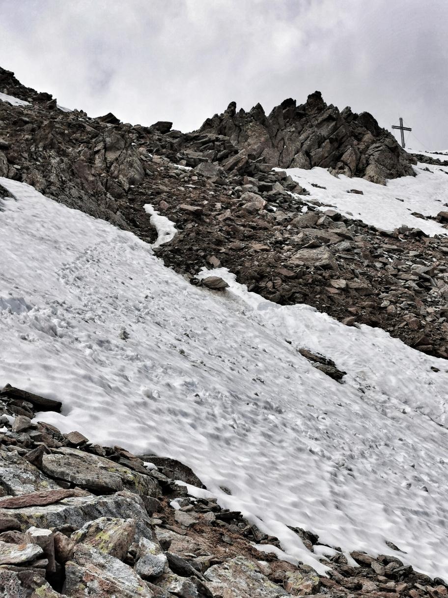 Kurz unterm Gipfel sind noch 2 Schneefelder zu queren