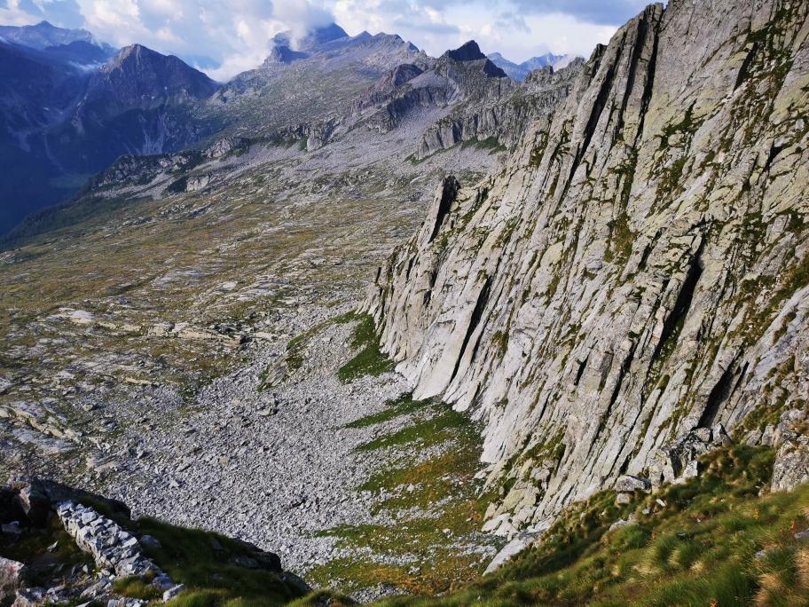 Steiler Geländeabbruch, bevor es über die große Karstfläche weiter geht