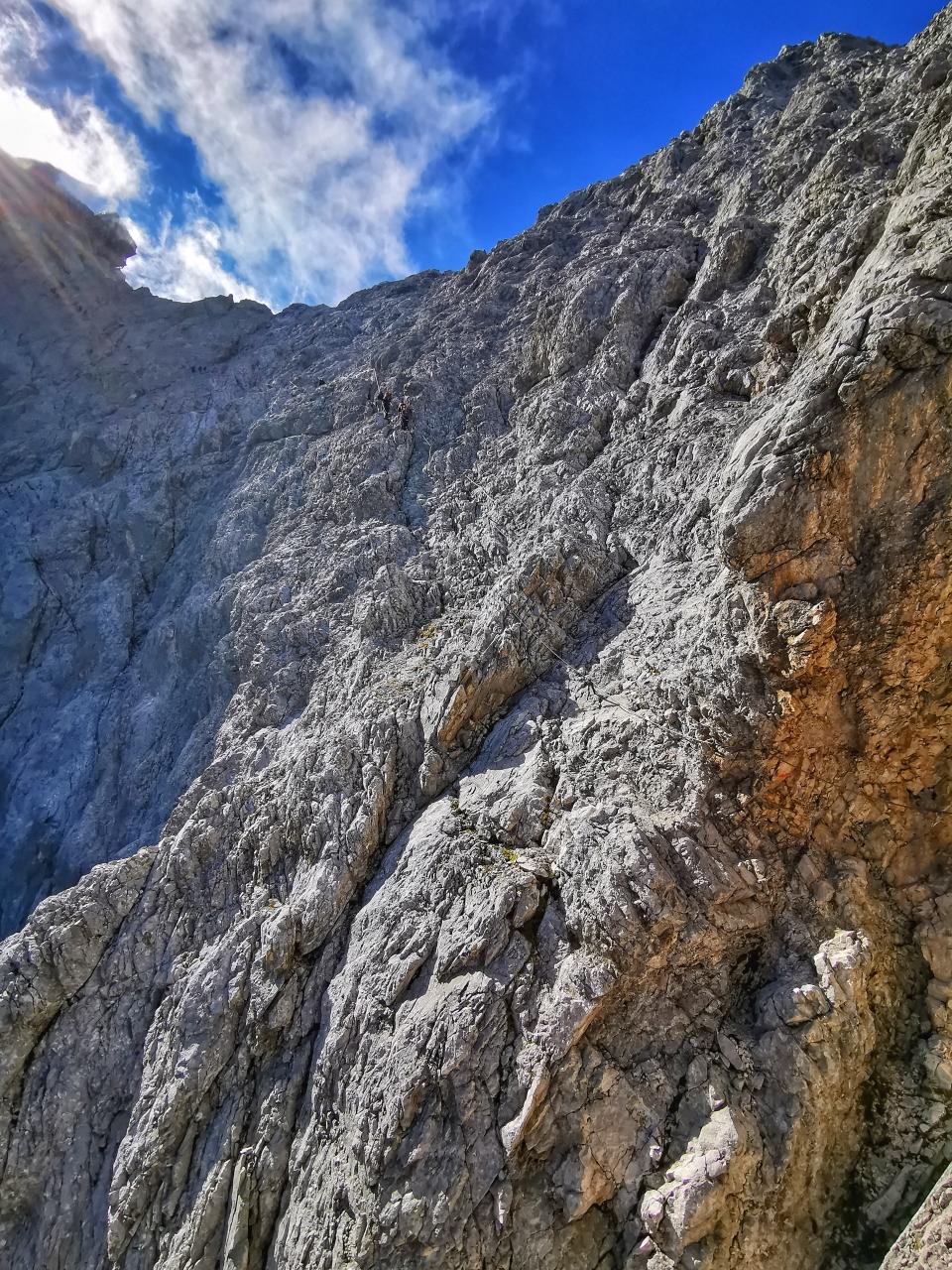 Blick in die Nordwand der Zugspitze, hier geht's jetzt in moderater Schwierigkeit die letzten 500 Höhenmeter bis zum Gipfel